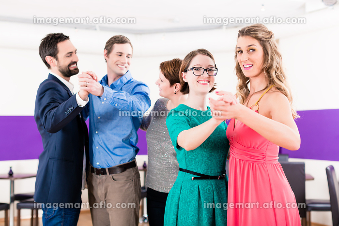 Dance instructor with gay couples in dancing classの販売画像