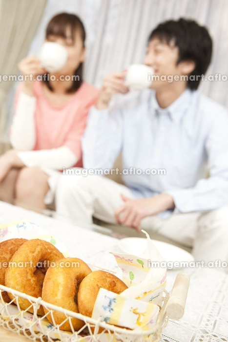 コーヒーを飲むカップルの販売画像