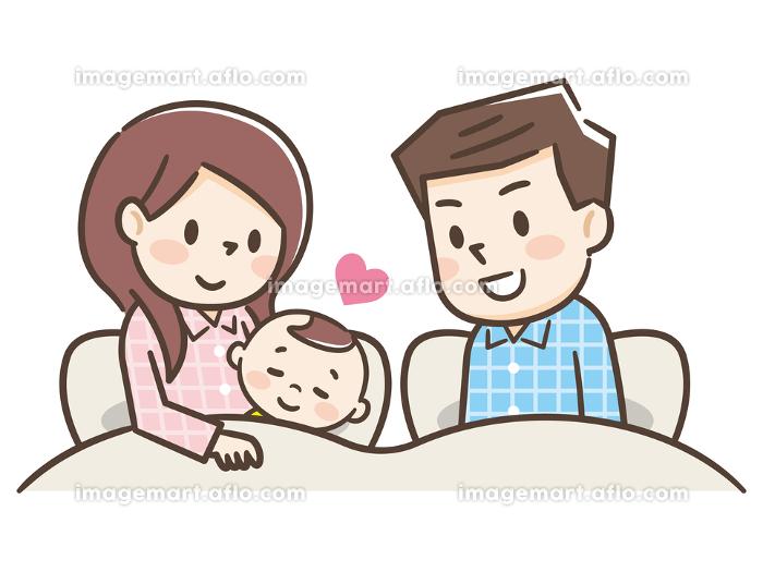 赤ちゃんと添い寝する家族の販売画像