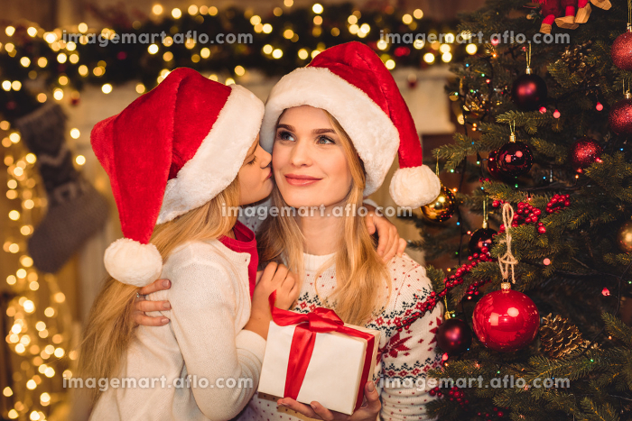 Happy mother and daughter in santa hatsの販売画像