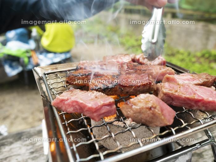 外で調理するBBQ炭火高級和牛焼肉【ミスジ】の販売画像