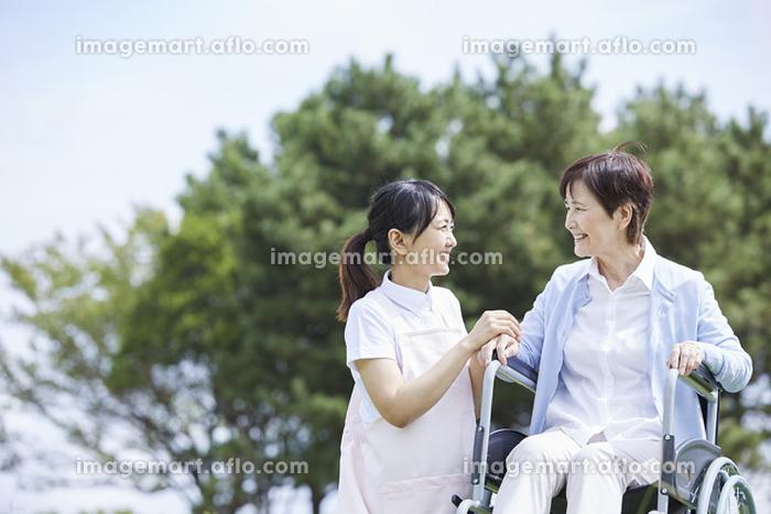 シニアと話す日本人介護士の販売画像