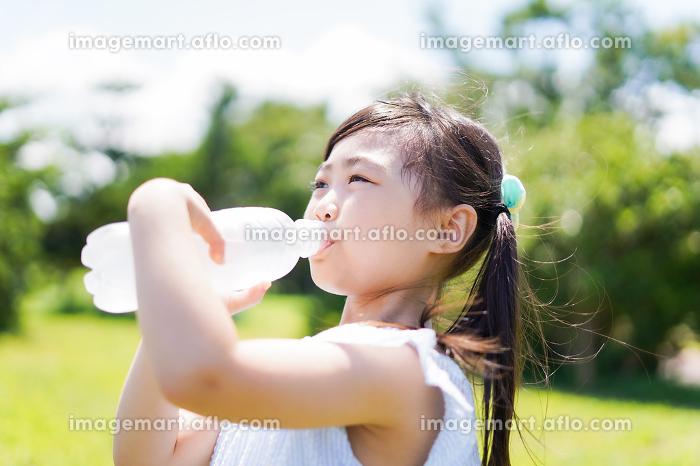 水分補給をする小さな女の子の販売画像