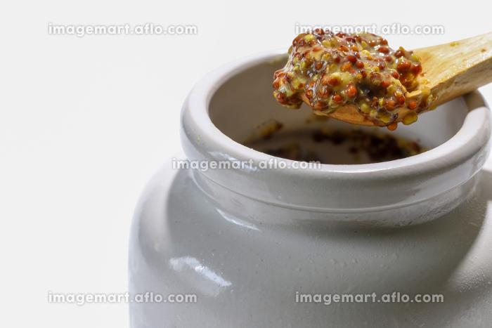 白い陶器の器に入った粒マスタードの販売画像