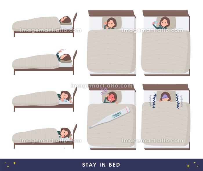 ベッドにこもるチュニック中年女性のセットの販売画像