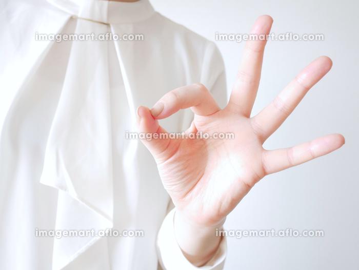 オフィスカジュアルな女性(OKサイン)の販売画像