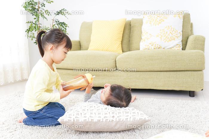 妹のお世話をする子供の販売画像