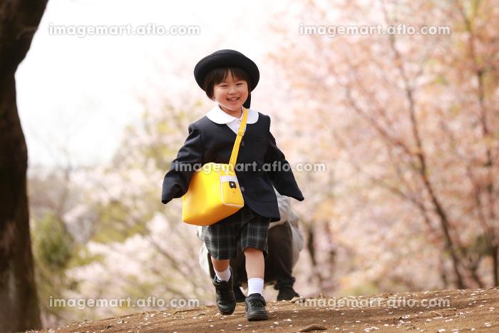 走る男の子の販売画像
