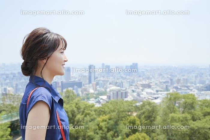 街を眺める日本人女性の販売画像