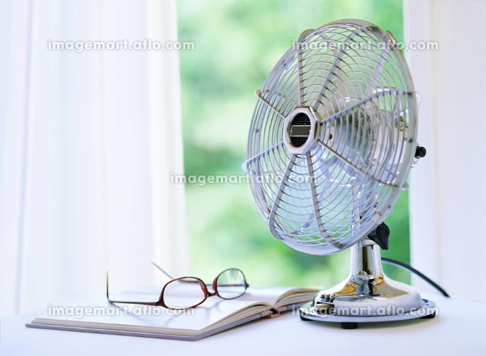 扇風機とメガネと本の販売画像