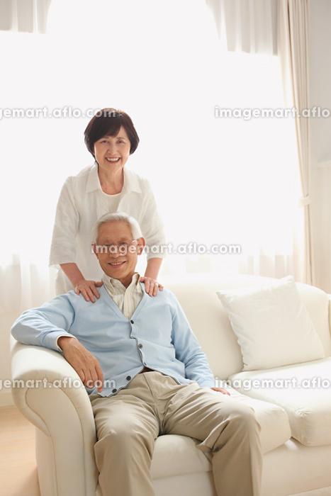 ソファでくつろぐシニア夫婦