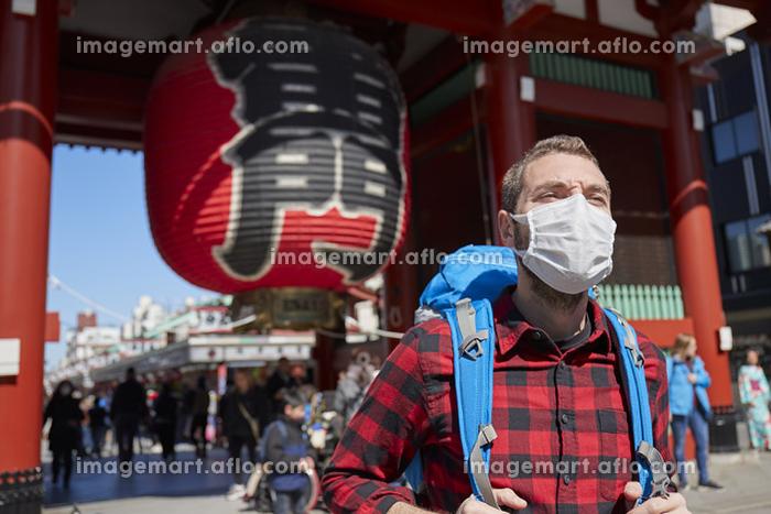 マスクをする外国人バックパッカーの販売画像