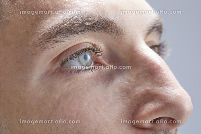 外国人男性の目元の販売画像