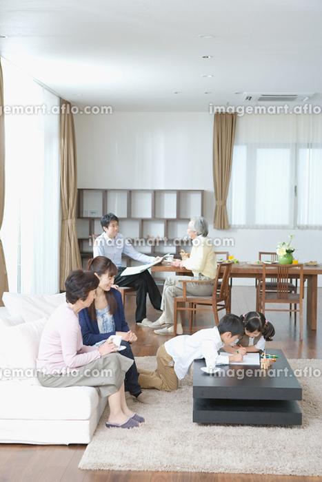 リビングでくつろぐ家族の販売画像