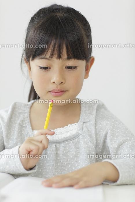 勉強をする小学生の女の子の販売画像