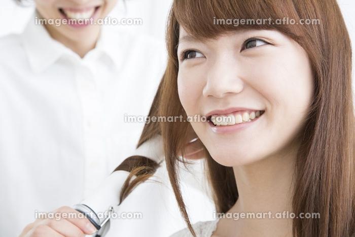 ヘアセットしてもらう女性の販売画像