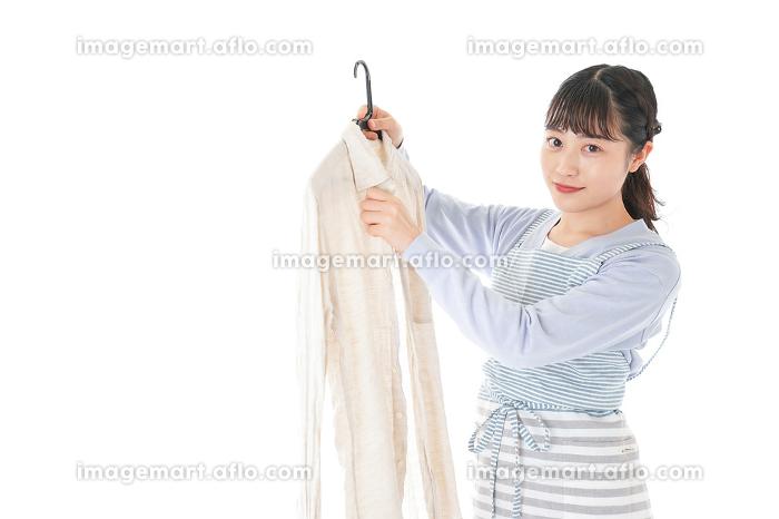 服を洗濯する若い主婦の販売画像