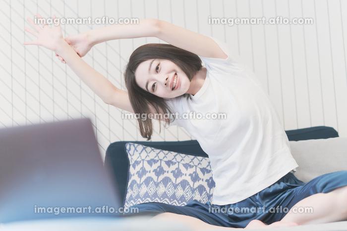 ヨガのオンラインレッスンを受講する女性の販売画像