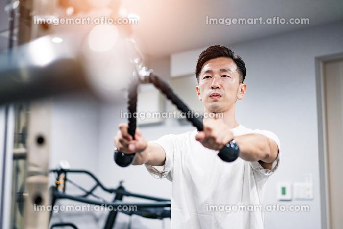 ジムでトレーニングするミドル男性の販売画像