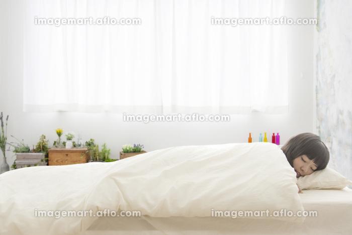 眠る女性の販売画像