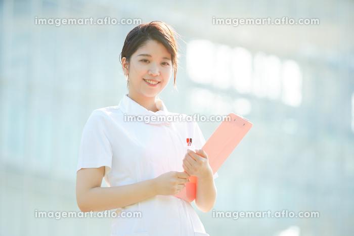 笑顔をみせる白衣の女性