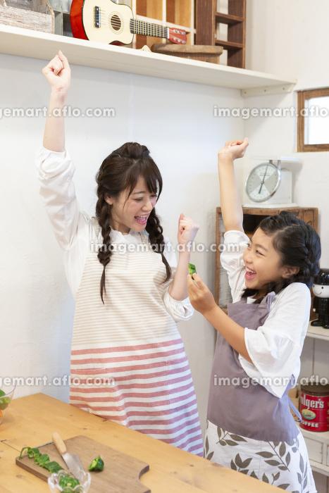 調理をする母娘の販売画像