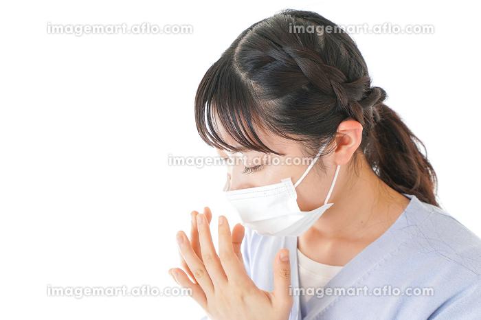 花粉症に苦しむ若い女性の販売画像