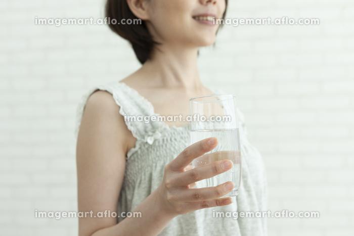 コップを持っている女性の販売画像
