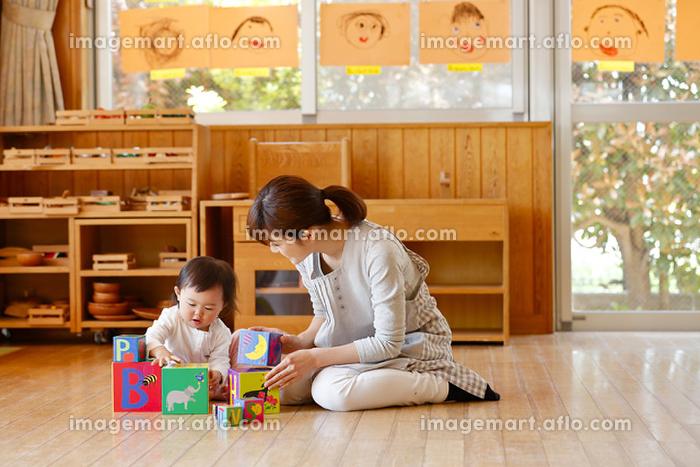園児と遊ぶ保育士の販売画像