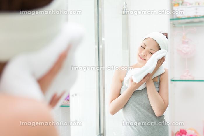 鏡を見る女性の販売画像