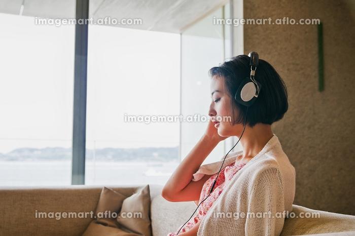 音楽を聴く女性の販売画像