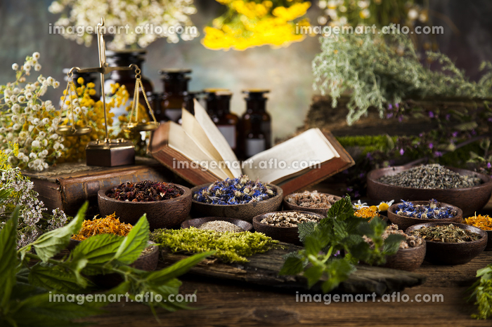 Herbal medicine on wooden desk backgroundの販売画像