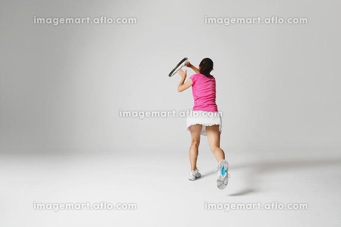 テニスをする若い女性の販売画像