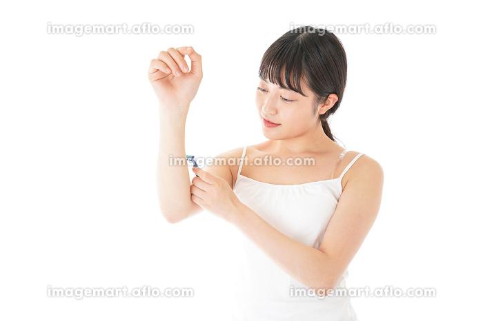 毛を剃る若い女性の販売画像