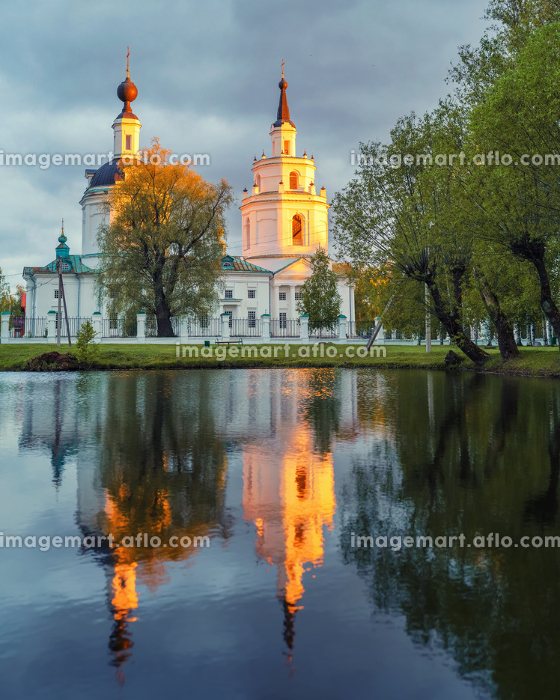 Ortodox church and its reflection in a pond.の販売画像