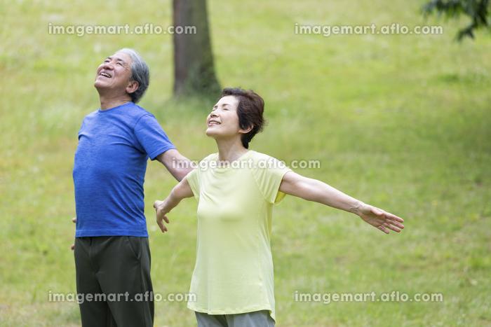 深呼吸するシニア夫婦の販売画像