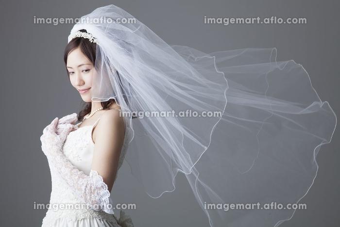 胸に手を当てる花嫁の販売画像
