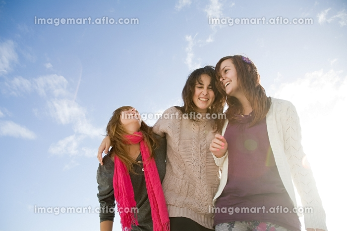Female friends, low angle viewの販売画像