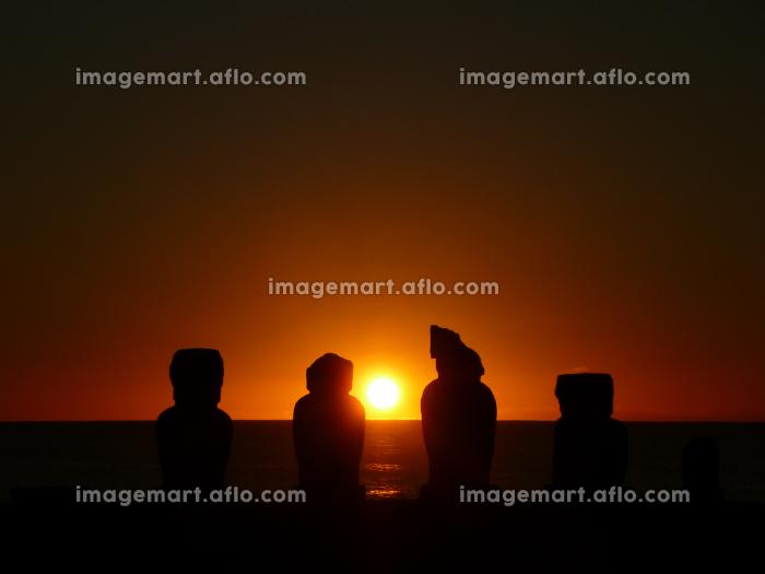 チリ・イースター島のアフタハイにてモアイ像と海の水平線に沈む真っ赤な夕日の販売画像