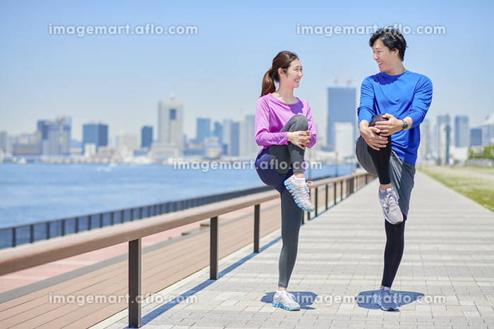 準備運動をする日本人カップル