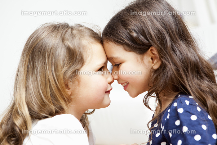 Two young girls stick togetherの販売画像