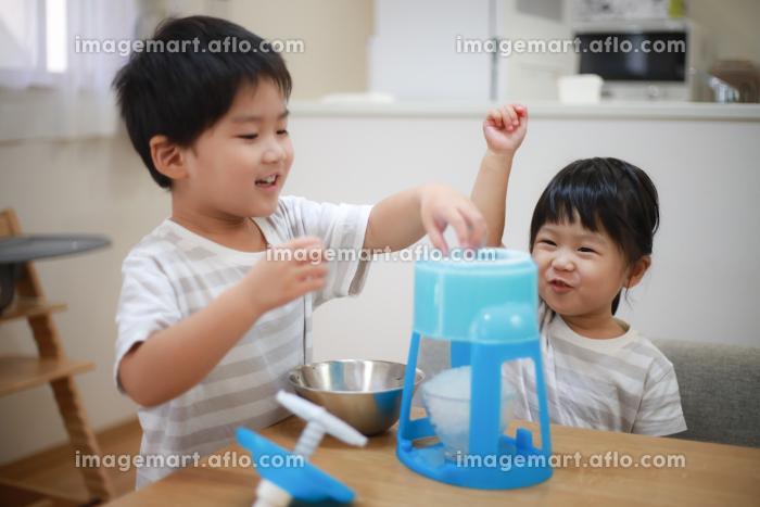 かき氷を作る子供たちの販売画像