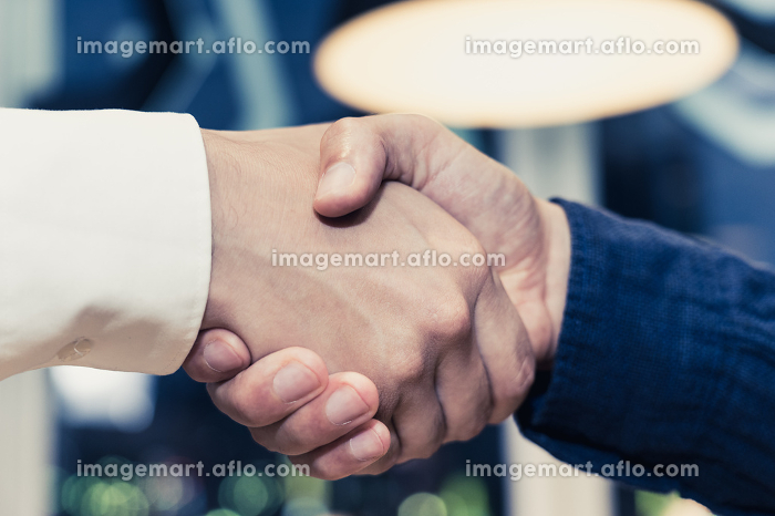 握手をする男性(手元・パーツカット・クローズアップ)の販売画像