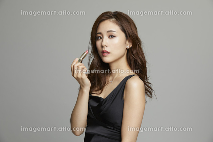 口紅を塗るエレガントな日本人女性の販売画像