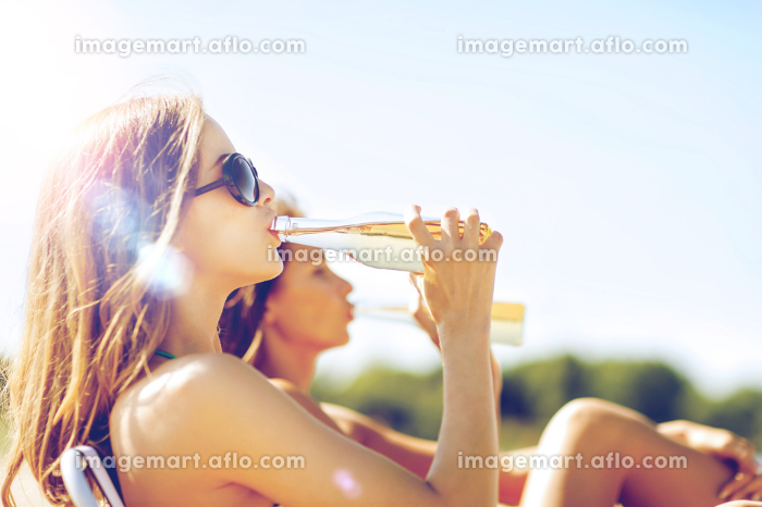 girls with drinks on the beach chairsの販売画像