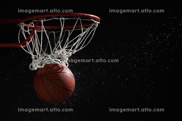 ゴールに入るバスケットボールの販売画像