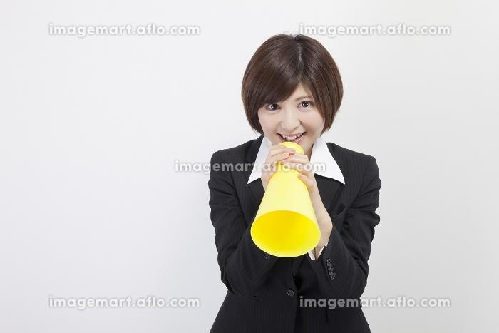 メガホンを持つ女性会社員の販売画像