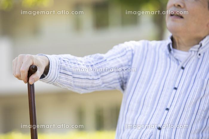 シニア男性の手元の販売画像
