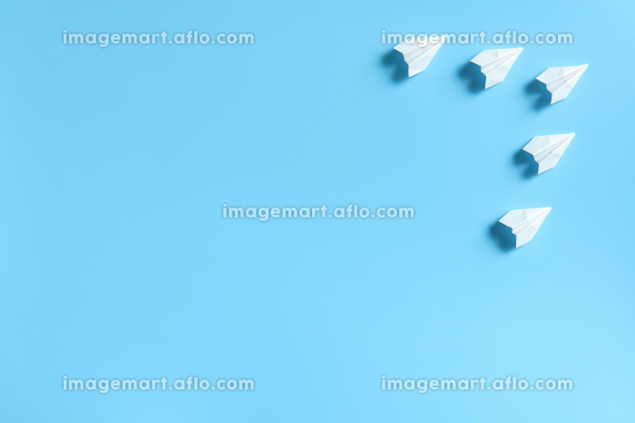編隊を組んで飛ぶ5機の紙飛行機 2の販売画像