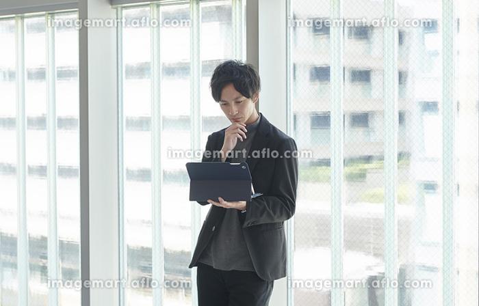オフィスで考える日本人ビジネスマン